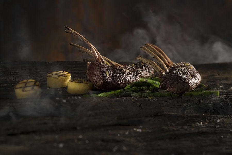 Barbecue favorieten van Walter Smoked! - Lamsrack met gegrilde polenta en haricotverts