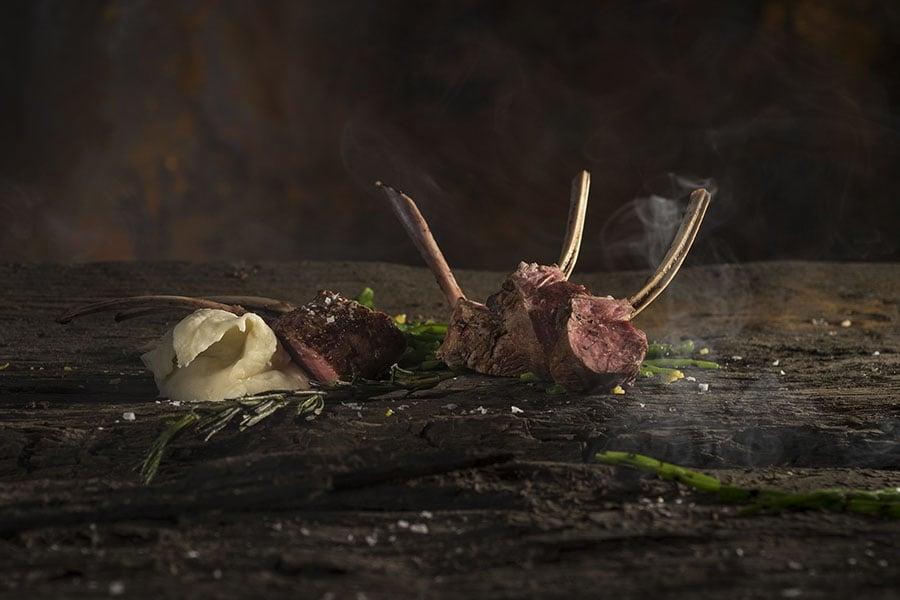 Barbecue special van Walter Smoked! - Lamskotelet met rozemarijn, asperges en peterseliewortel puree